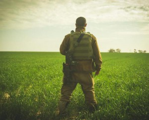Israelisk soldat vid gränsen till Gaza (foto: IDF)