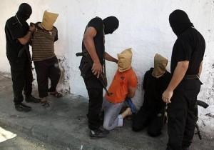 Hamas-terrorister i Gaza förbereder en avrättning av palestinier misstänkta för samarbete med Israel den 22 augusti.