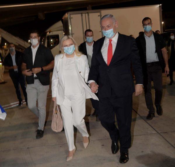 Israels premiärminister Binyamin Netanyahu och hans fru Sara strax innan avresa till USA (foto: GPO)